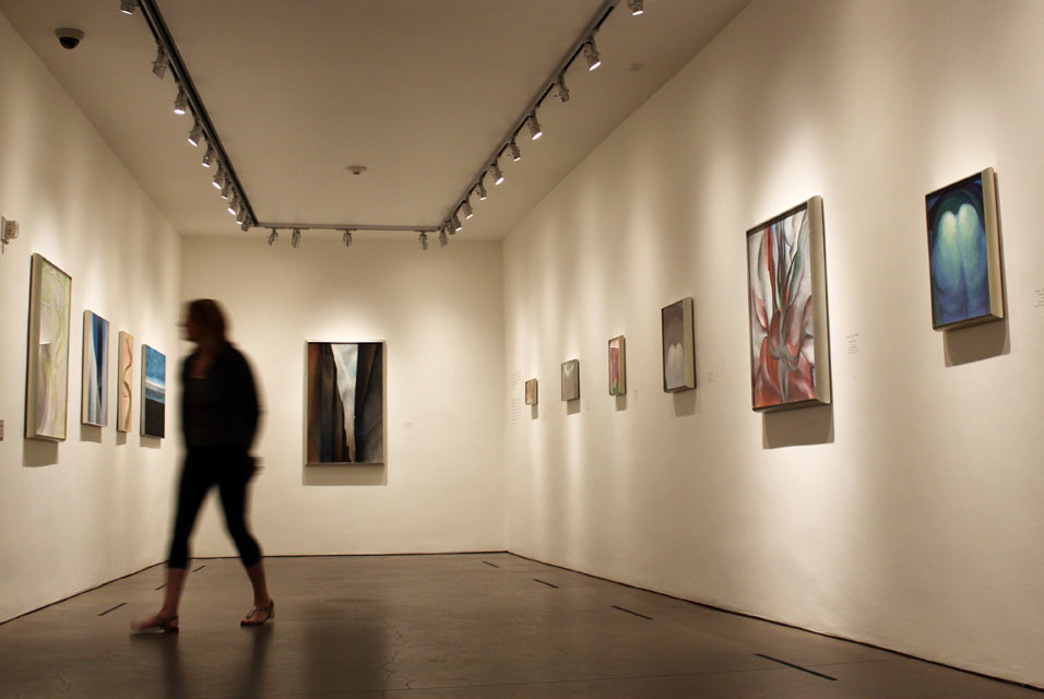 georgia_o_keeffe_4web_theartgorgeous_a-visitor-walks-through-a-gallery-at-the-georgia-okeeffe-museum-in-santa-fe-n-m-northern-new-mexico-is-known-as-okeeffe-country
